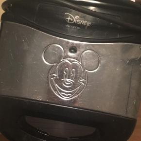Toastmaskine med Mickey Mouse. Den er beskidt på billedet, men bliver selvfølgelig gjort rent inden afhentning. Fungerer uden problemer, ridset på ydersiden og mangler lysskærm - men lyser stadig rød/grøn.