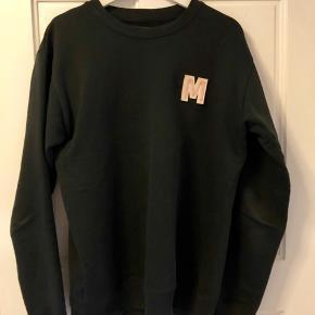 Sælger denne Mads Nørgaard sweatshirt i sort str. medium. Fitter som en str. L. Brugt minimalt :-)