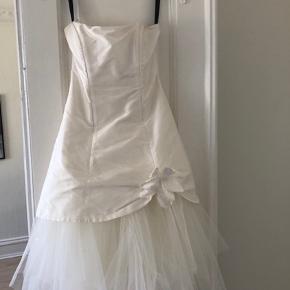 Konfirmationskjole brugt 1 gang! Materiale er ægte rå silke. Str.32 men kan justeres pga. snøren i ryggen.  Kom med et bud! :)