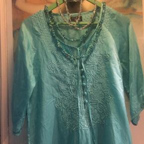 Silke. Tunika. Kjole.  Boheme.  Smukkeste tunika kjole i 100% silke, Flotteste turkis-grønne /mint, dus aqua, svært at beskrive farven, den er mest som på de første 3 billeder, meget smukkere life, mere grønlig end blå som  de sidste fotos. Skønneste broderi på front. Brugt en gang, håndvasket en gang derfor lidt krøllet. Er ikke strøget. Jeg kan lide det lidt afslappet rå og krøllet look. Vil også være smuk hvis den blev glattet lidt. Måler ca 2*50 cm over bryst/ryg en gang, og ca 85 lang fra nakke og ned. Str. er M, passer 36/38. Silkeblød og lækker at have på kroppen. Mp 150 pp handler kun ts, se mine andre annoncer.