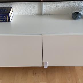 Tv bord BESTÅ fra IKEA. Ingen ridser osv. Sikkerhedslåsen kan pilles af