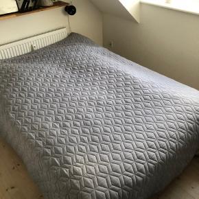 Sengetæppe fra Søstrene Grene.  Grå og gul.  Måler ca. 235x230 cm.   Tæppet er kun brugt som sengetæppe, hvorfor det fremstår næsten som nyt. Der er et par mørke områder, men er næsten sikker på, at det går væk i vask. (Se billede)  Afhentes i Aalborg C. Ønskes tæppet sendt med post, betaler køber fragt.  Betaling via Mobilepay.