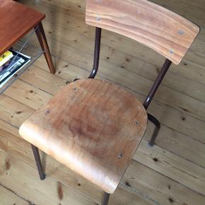 Gammel svensk skrivebordsstol med en del patina