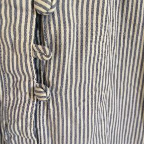 Sød blå- og hvid-stribet kjole.  100% bomuld.