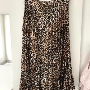 Varetype: Nederdel Farve: leopard Oprindelig købspris: 900 kr.  Super fin i midi-længde - i blankt/glat plisseret stof. Måler 80cm i livet og 80cm i længden