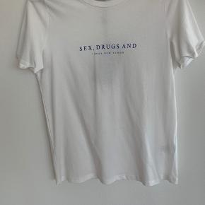 T-shirt fra Minimum. Aldrig brugt og stadig med tags. Købt for 250, som er nypris. Sender fra København!