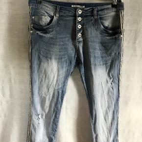 PLACE DE JOUR : Jeans med huller / slid og galeoner. Knaplukning foran. 5 lommer.  Indvendig benlængde fra skridtsøm til underkant bukseben : 78 cm. Masser af stretch : 3 % elastan + 97 % bomuld. Brugt og vasket få gange - forkert størrelse.  Oprindelig købspris : 325,- Sender gerne på købers regning : DAO 39,-