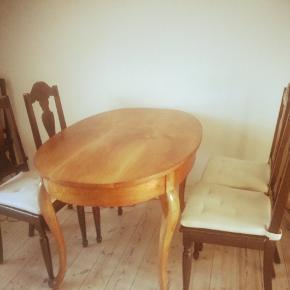 NY PRIS. Meget smukt gammelt spisebord med løvefødder. Sælges pga. flytning. Der medfølger 4 spisebordsstole med hynder. Byd gerne