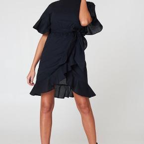 Sælger denne fine kjole fra Josefin Ekströms kollektion. Fremstår i meget fin stand, kun vasket og brugt et par gange ✨  Sælges udelukkende da jeg ikke kan passe den længere. Den er alm. i størrelsen og passer en str. 36  Jeg bytter ikke