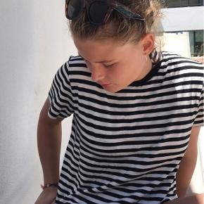 Jeg sælger den helt perfekte stribet t-shirt. Den fitter en M og sidder virkelig flot på kroppen!!