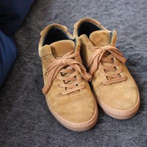 Nye camel sneakers i ruskind fra Yvonne Koné sælges. De er kun brugt et fåtal af gange, nyprisen lå omkring de 2200kr. De er en almindelig størrelse 38. Bud modtages