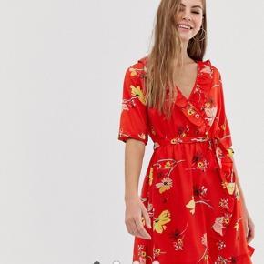 Flot wrap kjole købt fra Asos. Har aldrig brugt kjolen da den er lidt for stor til mig.   Kjolen er sat til 140kr på hjemmesiden   Mp 100kr ekskl porto