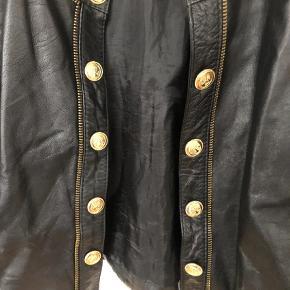 Varetype: Jakke Farve: Sort Oprindelig købspris: 499 kr.  Flot skind jakke med guld detaljer. Jakken er købt i en vintage butik
