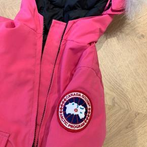 Sælger denne lækre Canada Goose kørepose. Størrelsen hedder 0-3 måneder. Den er brugt men i rigtig flot stand