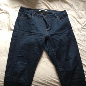 Jeans i en mørk blå, stiltype Freja. De er slimfit. Skriv gerne med flere spørgsmål.