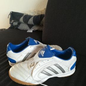 Adidas sportsko til indendørs brug. Gode til inde fodbold. Købt for 10 år siden og kun brugt lidt indenfor i en sportshal. Meget pæn stand. Str 38 2/3. Lidt små i det, så  passer nok en alm, lidt smal str 38.