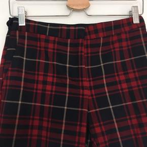 Ternede bukser i elastisk stof - sidder stramt, men behagelige at have på.