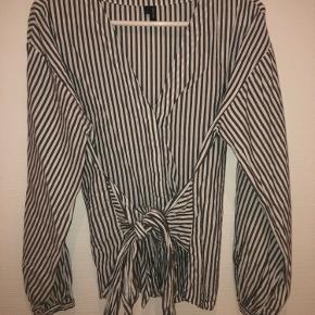 Mega fed slå om / binde skjorte fra Vero Moda. Kun brugt meget få gange og er i din stand   Kan sendes med DAO - køber betaler fragt;)