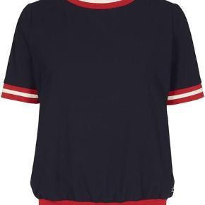 Bemærk - pris er for hele sættet. Så fint sæt fra Mos Mosh med bluse og bukser - style Hannah med røde detaljer. Bluse er str XL bukser er 44