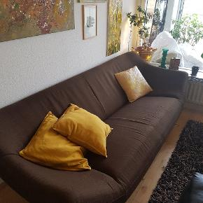 """Lækker mørkebrun sofa i stof. I 70'er-/retrostil. Man sidder skønt i den! Men har fået barnebarn, så stofsofaen skal skiftes ud med læder 😉 Eneste """"mangel"""" er lidt løst stof under sofaen - fremgår af sidste billede."""