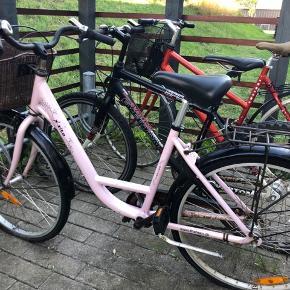 Børnecykel / damecykel i lyserød, pink, Rosa farve med kurv.  Dæk er flade og cykel har brug for en kærlig hånd