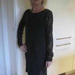 Varetype: Smuk Kjole Farve: Sort 100% Cupro/ Ligner og føles som silke  Super flot kjole, med flonde ærmer og sej ryg. Yderst velholdt Bud fra 200pp + TS gebyr handler gerne mobilpay sender med DAO