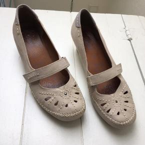 Fantastisk behagelig og blød sko, brugt få gange.  Det er en str. 6 1/2