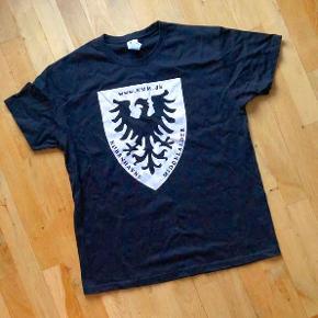 T-shirt fra Københavns Middelaldermarked - KMM.  Str. L. Mål: omkreds ca. 111 cm, højde midt bag ca. 73 cm.  Kan ikke købes på markedet - kun uddeling til frivillige.  Har ikke været brugt.  Sælges for kun 40 kr. + evt. porto.  Kan afhentes på Frederiksberg.
