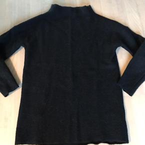 Super lækket sweater, lidt længere model, der går lidt op i halsen. Dejlig varm. 100% merino uld.