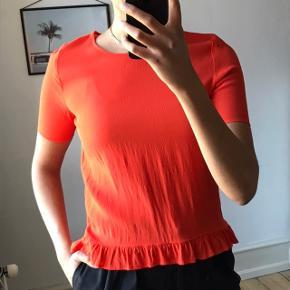 Sælger denne helt nye bluse fra Envii i en str. S. Den har aldrig været brugt. Farven er en god blanding mellem orange og rød - i min optik mest rød. Sælges for 75,-  Købes flere annoncer sammen kan vi arrangere mængderabat:))