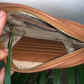 Brun taske fra Michael Kors (købt i 2014 for 1100kr) -  sælges for 200kr ✨