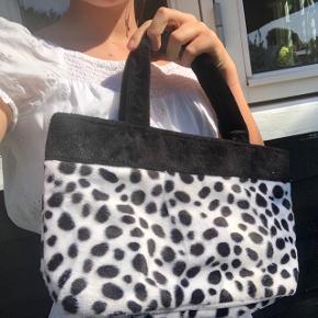 Fluffy cute ko taske!🐄✌🏻✨ Super cute og med god plads indeni;) Mærket er ukendt;/❤️ Sælges kun til rette bud;)🧃  Tags:   Tags:  Aesthetic, designer, 00's, 90's, Mode, Trend, trendy, vintage, retro, indie, Egil, y2k, cow print  ❌Tjek gerne de andre vintage tasker på min profil❌