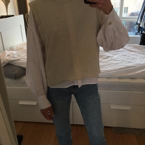 Zara Vest or knit top in S in beige/cream. Can be picked up at sydhavn or shipped (+39DKK).