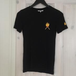 T-shirt fra Ganni. Brugt 1-2 gange🔥  Køber betaler fragt