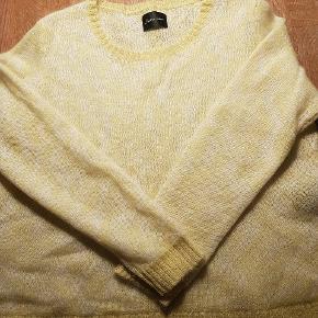 Smukkeste, fineste strik i lækker blød uldmix. En lidt lille L, så vil være fedest til en lille L eller str M.