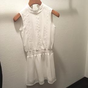 Super fin kjole str s 👗Den har absolut ingen tegn på brug, men den er også kun blevet brugt meget lidt.  📏 længden fra skulderen: 75 cm. 🚭 kommer fra røgfrit hjem 🚫 kommer fra dyrefrit hjem 🚗 kan også afhentes i Aalborg  💰 ny pris ca 300 kr.