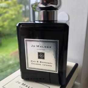 """Lækker Jo Malone Cologne Intense i varianten """"Oud & Bergamot"""" i 50 ml sælges. Der er ikke taget meget af duften, se evt. det sidste billede. Jeg må erkende at duften bare ikke passer til mig."""