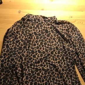 Sælger denne mesh leopard trøje, som er god til byen.  Trøjen kan sendes, men køber dækker selv fragten. Kom med et bud.