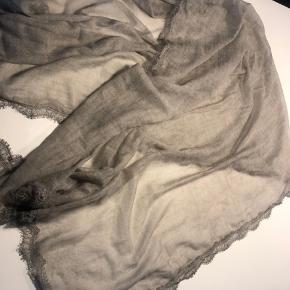 Det smukkeste tørklæde fra det lækre mærke, i den eftertragtede grå farve. Kun brugt ganske fo gange. Klippet mærket ud da det ikke pynter 😃 Koster 2.800 fra ny. Måler 85x180. 44% uld, 34% polyester 14% viscose og 8% silke.