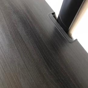 Ikea tv skænk i sort/sortbrun  Der er 3 rum hvor der er en hylde i 2 af dem.  Nypris 1200 kr.  Bredde 180 cm  Højde 38 cm  Dybde 41 cm