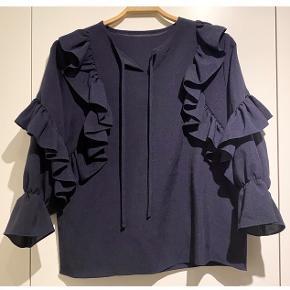 Den smukkeste bluse fra et japansk mærke o'Gam Studios.   - meget mørkeblå / sort - smukke flæser  Så fin!   Se også mine andre fine annoncer. Sælger billigt ud og giver gerne mængderabat 🧚🏼♀️