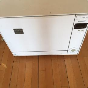 Bordopvaskemaskine 57cm bred 46 cm høj 47 cm dyb 2 små skader som kan limes ellers en god gang rengøring