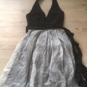 Mærke: Zara Basic Størrelse: S Materiale: 100% soya silke Farve: Råhvid og sort Kjolen: har bar ryg og forsidens stropper knappes i nakken. Det lyse foer giver kjolen stemning Stand: brugt få gange  Sælges kr 145 kr