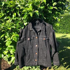 Sælger denne smukke denim jakke fra Monki i en størrelse XXS, men fitter en small.✨