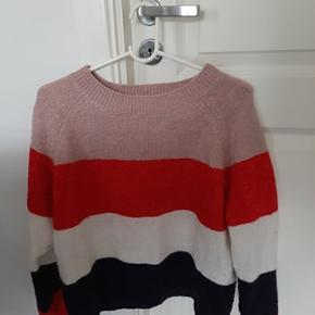 Stribet sweater i lyserød, hvid, rød og mørkeblå. Super fin her til efteråret. Er i str. L og sælges for 99 kr. fra ONLY. Passer fint til en str l, men kan også bruges som oversize til mindre størrelser.