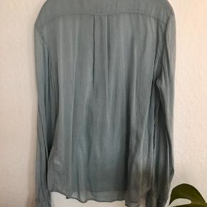 Den smukkeste skjorte i aqua fra Forte Forte (str 2). Lavet af dejlig silke/bomuldsblanding og er bare SÅ LÆKKER - er desværre for lille og var et fejlkøb. Fremstår helt som ny uden pletter og lign. Brystmår 50 cm, længde 68 cm