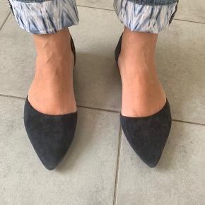 NB! Str 37,5. Skoene er i mørkeblå ruskind. De er brugt, men ikke meget.