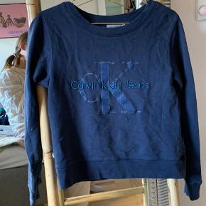 Sælger denne fine mørkeblå sweater fra Calvin Klein, da jeg ikke får den brugt. Den har ingen huller eller noget😊