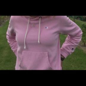 Champion hoodie/hættetrøje lyserød str. S. Nypris var 600-800 kr.   Det lille begyndende hul kan fikses