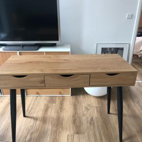Skrivebord i træ, med sorte bed og tre skuffer. Har haft det i et par måneder og det er ikke blevet brug mere en 10 gange. Derfor er der heller ingen tegn på slid  Nypris 1050 BYD - sælger billigt da vi er flyttet og ikke har plads til det:))